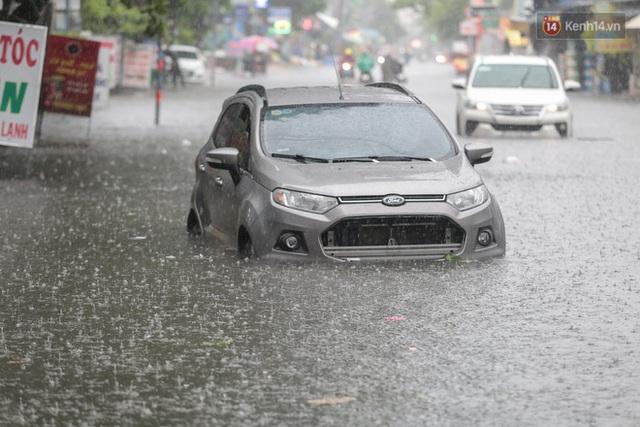 Ảnh: Ô tô chết máy, trôi bồng bềnh trên đường ngập ở Sài Gòn sau mưa lớn - Ảnh 3.