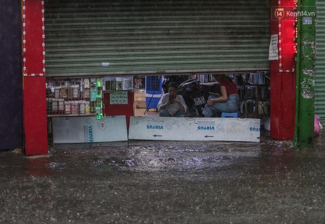 Ảnh: Ô tô chết máy, trôi bồng bềnh trên đường ngập ở Sài Gòn sau mưa lớn - Ảnh 21.