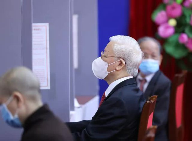 Những hình ảnh Tổng Bí thư Nguyễn Phú Trọng bỏ phiếu bầu cử  - Ảnh 4.