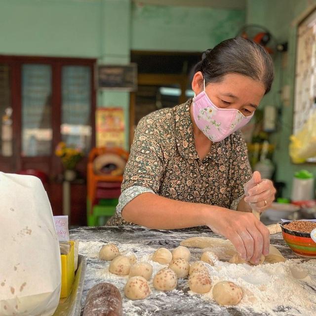 Hàng bánh tiêu chảnh số 1 Việt Nam: Chưa kịp mở cửa đã thông báo hết bánh, có người phải đứng chờ cả tiếng đồng hồ - Ảnh 4.