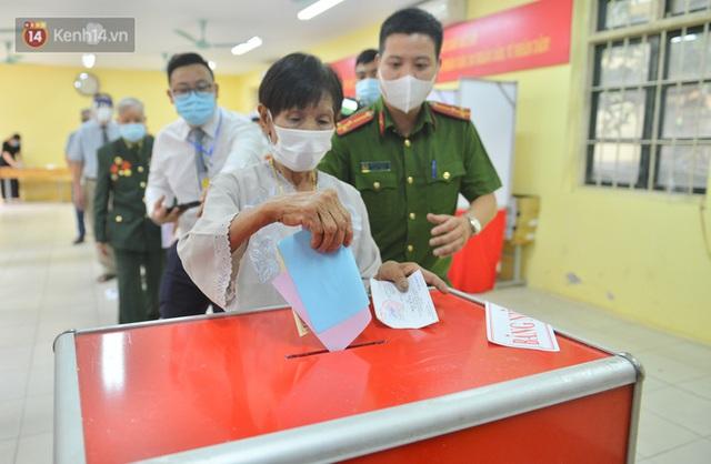 Cụ bà 101 tuổi được bỏ lá phiếu đầu tiên tại điểm bầu cử ở Hà Nội: Tôi rất phấn khởi thực hiện nghĩa vụ của mình - Ảnh 4.