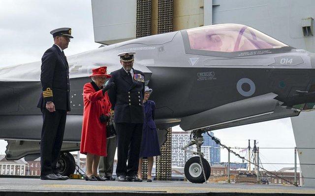 Nữ hoàng Anh xuất hiện công khai sau khi bị Harry chỉ trích cay nghiệt, chi tiết tinh tế trên áo là lời nhắc nhở gửi đến cháu trai hay than vãn - Ảnh 4.