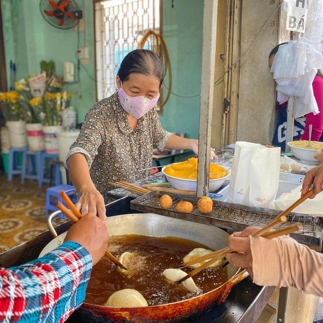 Hàng bánh tiêu chảnh số 1 Việt Nam: Chưa kịp mở cửa đã thông báo hết bánh, có người phải đứng chờ cả tiếng đồng hồ - Ảnh 5.
