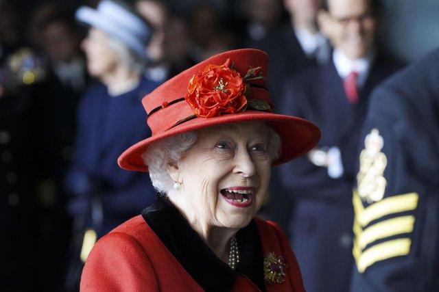 Nữ hoàng Anh xuất hiện công khai sau khi bị Harry chỉ trích cay nghiệt, chi tiết tinh tế trên áo là lời nhắc nhở gửi đến cháu trai hay than vãn - Ảnh 5.