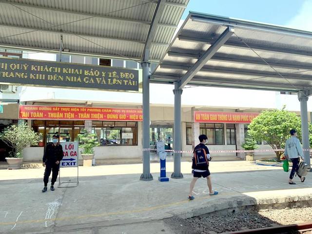 Vắng khách trong ngày bầu cử, nhưng sân bay, nhà ga đường sắt vẫn được quản chặt - Ảnh 5.