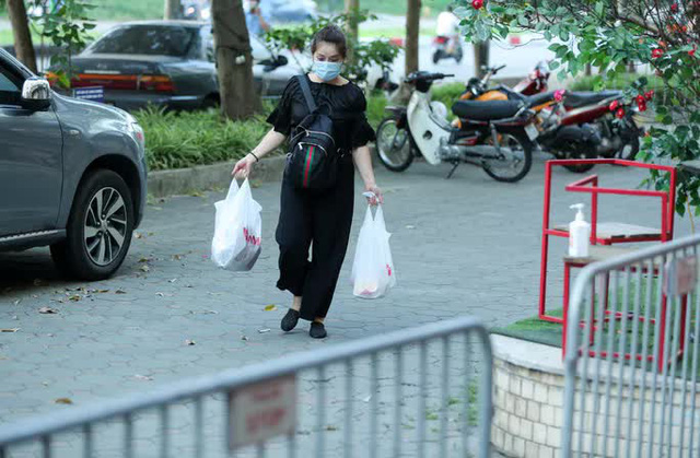 CLIP: Phong tỏa tòa nhà ở khu đô thị Việt Hưng có ca dương tính SARS-CoV-2  - Ảnh 6.