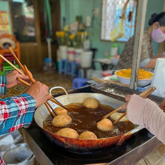 Hàng bánh tiêu chảnh số 1 Việt Nam: Chưa kịp mở cửa đã thông báo hết bánh, có người phải đứng chờ cả tiếng đồng hồ - Ảnh 6.