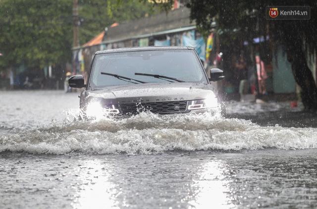 Ảnh: Ô tô chết máy, trôi bồng bềnh trên đường ngập ở Sài Gòn sau mưa lớn - Ảnh 7.