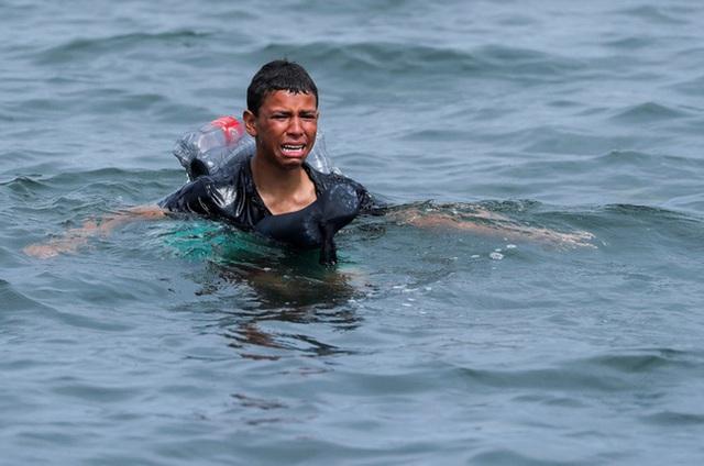 Người trong cuộc kể về bức ảnh em bé sơ sinh trong đoàn di cư được cứu từ biển: Đứa trẻ lạnh cóng, không cử động - Ảnh 6.