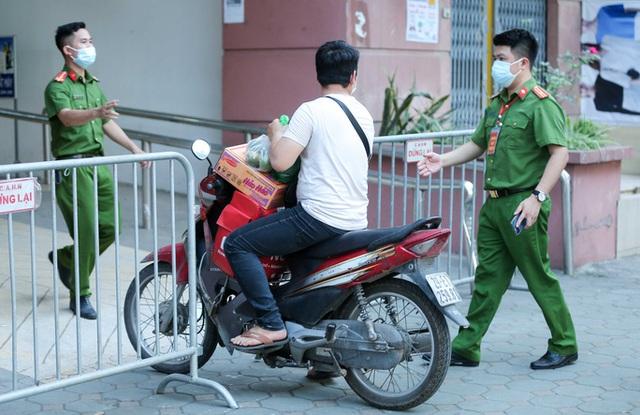 CLIP: Phong tỏa tòa nhà ở khu đô thị Việt Hưng có ca dương tính SARS-CoV-2  - Ảnh 9.