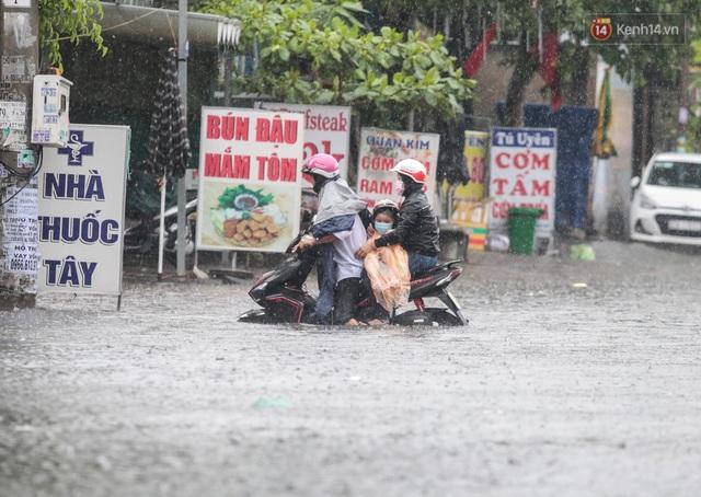 Ảnh: Ô tô chết máy, trôi bồng bềnh trên đường ngập ở Sài Gòn sau mưa lớn - Ảnh 8.