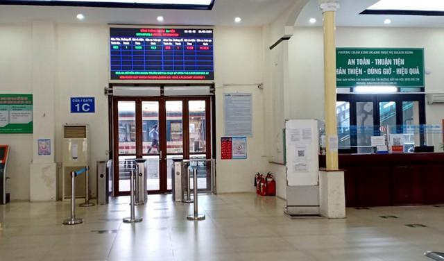 Vắng khách trong ngày bầu cử, nhưng sân bay, nhà ga đường sắt vẫn được quản chặt - Ảnh 9.