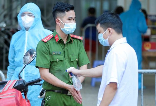 CLIP: Phong tỏa tòa nhà ở khu đô thị Việt Hưng có ca dương tính SARS-CoV-2  - Ảnh 10.