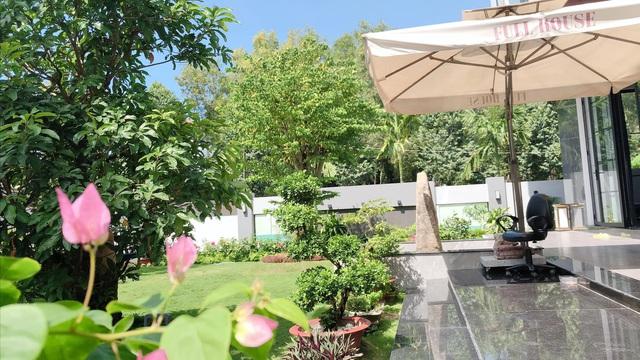 Biệt thự 25 tỷ đồng Quốc Trường xây tặng cha mẹ ở Cần Thơ: Rộng tới 700m2, nội thất hiện đại không thiếu gì, ấn tượng nhất là khu vườn bạt ngàn cây cỏ, hoa trái - Ảnh 20.
