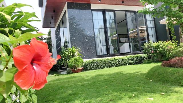 Biệt thự 25 tỷ đồng Quốc Trường xây tặng cha mẹ ở Cần Thơ: Rộng tới 700m2, nội thất hiện đại không thiếu gì, ấn tượng nhất là khu vườn bạt ngàn cây cỏ, hoa trái - Ảnh 21.