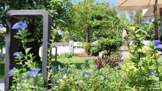 Biệt thự 25 tỷ đồng Quốc Trường xây tặng cha mẹ ở Cần Thơ: Rộng tới 700m2, nội thất hiện đại không thiếu gì, ấn tượng nhất là khu vườn bạt ngàn cây cỏ, hoa trái - Ảnh 19.