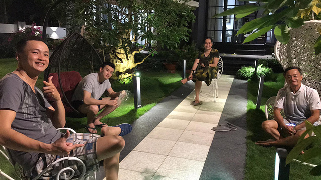 Biệt thự 25 tỷ đồng Quốc Trường xây tặng cha mẹ ở Cần Thơ: Rộng tới 700m2, nội thất hiện đại không thiếu gì, ấn tượng nhất là khu vườn bạt ngàn cây cỏ, hoa trái - Ảnh 3.