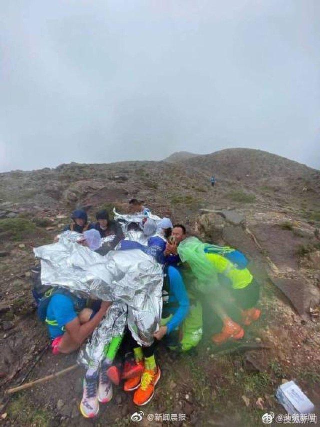 Lời kể của nhân chứng về đường chạy marathon tử thần ở Trung Quốc: Dốc núi hiểm nguy, thời tiết băng giá đột ngột khiến con người ngã quỵ - Ảnh 2.