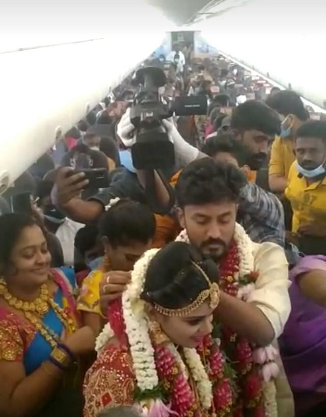 Thuê nguyên chuyến bay để tổ chức đám cưới trên trời bất chấp đại dịch, cặp đôi Ấn Độ nhận mưa gạch đá - Ảnh 1.