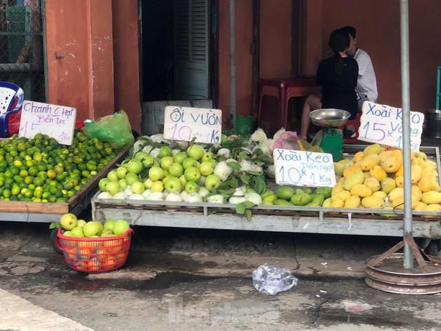 Xoài giá rẻ ngập chợ TPHCM - Ảnh 1.