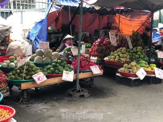 Xoài giá rẻ ngập chợ TPHCM - Ảnh 2.