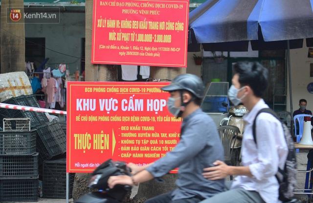 Cận cảnh phiên chợ chống dịch Covid-19 ở Hà Nội: Người dân bỏ tiền vào xô, nhận đồ ở chậu - Ảnh 2.