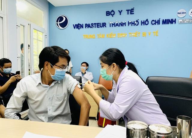 Doanh nghiệp du lịch tạm ngưng chào bán tour đi Mỹ tiêm vaccine - Ảnh 2.