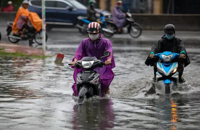 CẢNH BÁO: Nhiều tuyến đường ở TP HCM đang ngập sâu  - Ảnh 2.