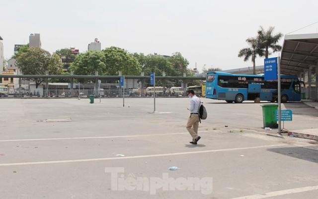 Đìu hiu bến bãi Hà Nội, xe khách nghỉ chạy đến 80%  - Ảnh 2.