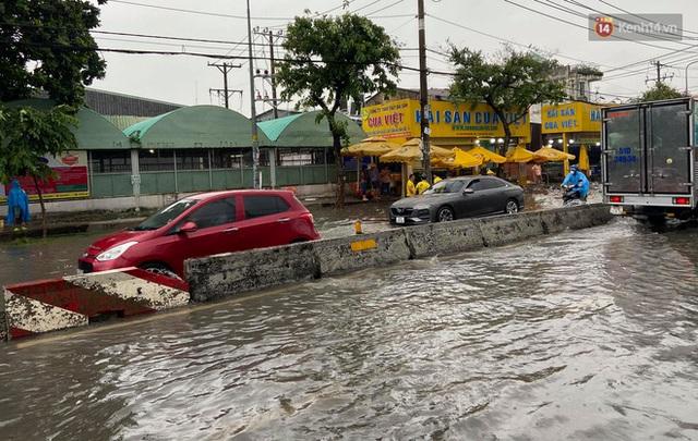 """Sài Gòn mưa tối trời vào buổi sáng, đường ngập """"te tua"""", xe chết máy la liệt - Ảnh 2."""