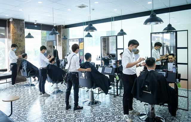 Người dân vội vã đi cắt tóc trước giờ cấm, hàng cắt tóc đông gấp 3 lần bình thường - Ảnh 1.