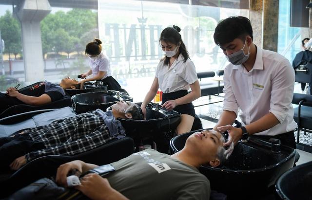 Người dân vội vã đi cắt tóc trước giờ cấm, hàng cắt tóc đông gấp 3 lần bình thường - Ảnh 2.