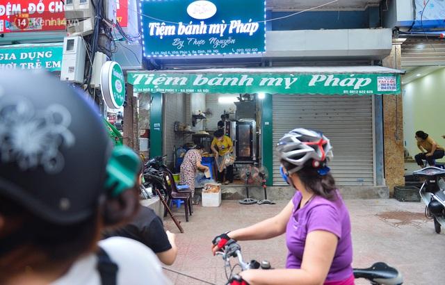 Cận cảnh phiên chợ chống dịch Covid-19 ở Hà Nội: Người dân bỏ tiền vào xô, nhận đồ ở chậu - Ảnh 12.