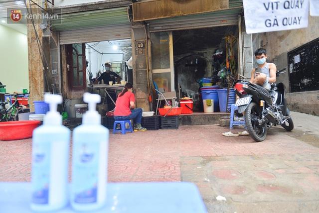 Cận cảnh phiên chợ chống dịch Covid-19 ở Hà Nội: Người dân bỏ tiền vào xô, nhận đồ ở chậu - Ảnh 13.