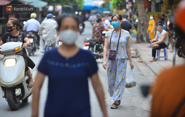 Cận cảnh phiên chợ chống dịch Covid-19 ở Hà Nội: Người dân bỏ tiền vào xô, nhận đồ ở chậu - Ảnh 16.