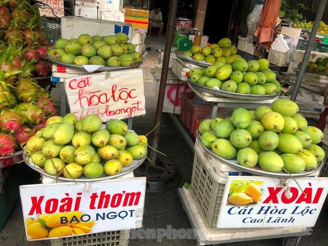 Xoài giá rẻ ngập chợ TPHCM - Ảnh 3.