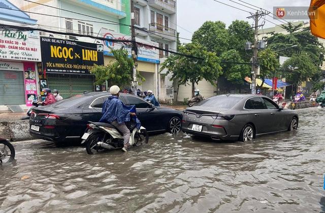 """Sài Gòn mưa tối trời vào buổi sáng, đường ngập """"te tua"""", xe chết máy la liệt - Ảnh 3."""