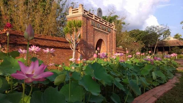 Việt Nam có một ngôi trường với kiến trúc độc đáo như resort cao cấp nhưng học phí thì quá dễ chịu, Hoa hậu trái đất cũng từng ghé thăm - Ảnh 3.