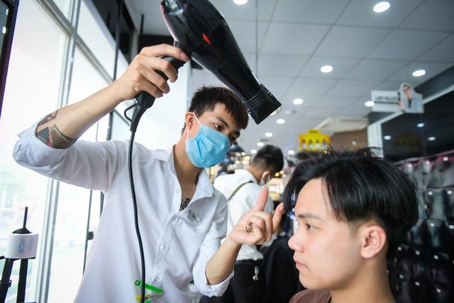 Người dân vội vã đi cắt tóc trước giờ cấm, hàng cắt tóc đông gấp 3 lần bình thường - Ảnh 3.