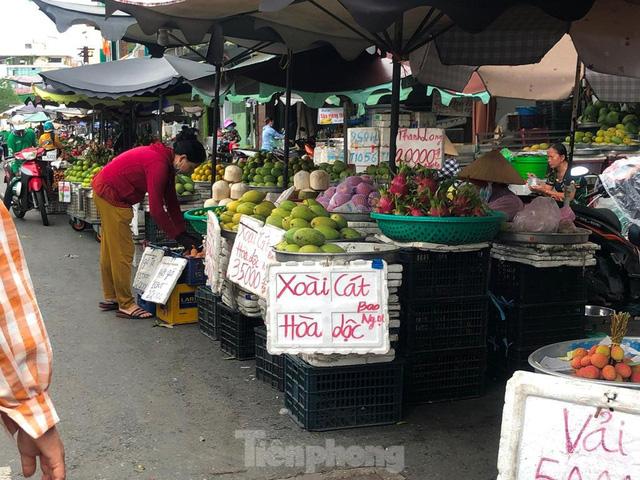 Xoài giá rẻ ngập chợ TPHCM - Ảnh 4.