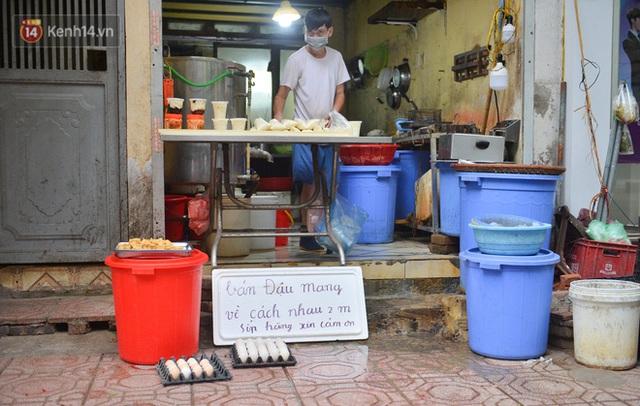 Cận cảnh phiên chợ chống dịch Covid-19 ở Hà Nội: Người dân bỏ tiền vào xô, nhận đồ ở chậu - Ảnh 4.