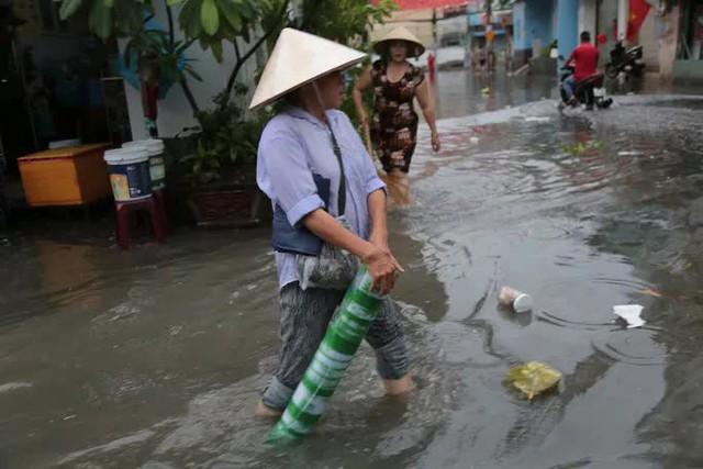 CẢNH BÁO: Nhiều tuyến đường ở TP HCM đang ngập sâu  - Ảnh 4.