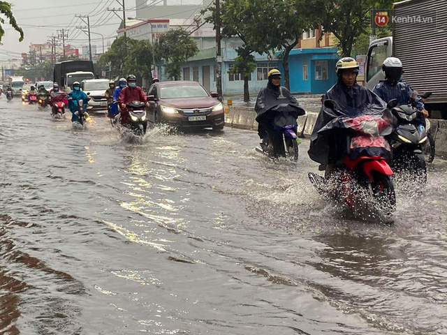 """Sài Gòn mưa tối trời vào buổi sáng, đường ngập """"te tua"""", xe chết máy la liệt - Ảnh 4."""