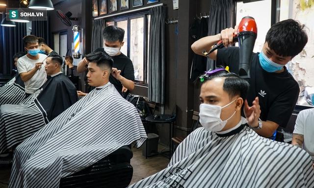 Người dân vội vã đi cắt tóc trước giờ cấm, hàng cắt tóc đông gấp 3 lần bình thường - Ảnh 4.