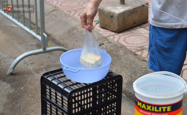 Cận cảnh phiên chợ chống dịch Covid-19 ở Hà Nội: Người dân bỏ tiền vào xô, nhận đồ ở chậu - Ảnh 6.
