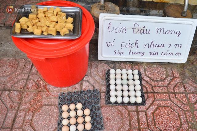 Cận cảnh phiên chợ chống dịch Covid-19 ở Hà Nội: Người dân bỏ tiền vào xô, nhận đồ ở chậu - Ảnh 8.