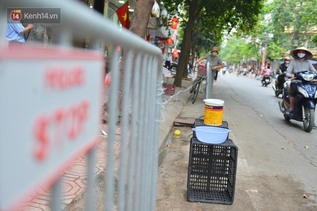 Cận cảnh phiên chợ chống dịch Covid-19 ở Hà Nội: Người dân bỏ tiền vào xô, nhận đồ ở chậu - Ảnh 10.