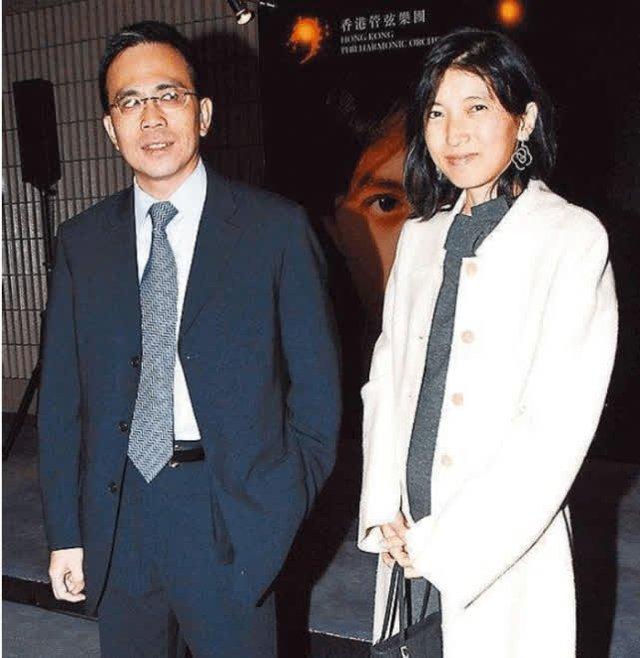 """Con dâu may mắn của tỷ phú giàu nhất Hong Kong: Cô gái """"lọ lem"""" kết hôn với thiếu gia tài phiệt, một lòng hỗ trợ chồng trở thành người kế nghiệp của tập đoàn nghìn tỷ - Ảnh 1."""