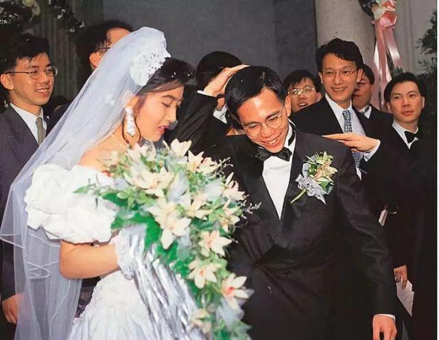 """Con dâu may mắn của tỷ phú giàu nhất Hong Kong: Cô gái """"lọ lem"""" kết hôn với thiếu gia tài phiệt, một lòng hỗ trợ chồng trở thành người kế nghiệp của tập đoàn nghìn tỷ - Ảnh 2."""