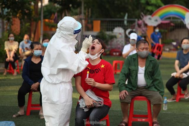 Ba nhân viên y tế ở Bắc Giang lây nhiễm COVID – 19 khi lấy mẫu - Ảnh 1.